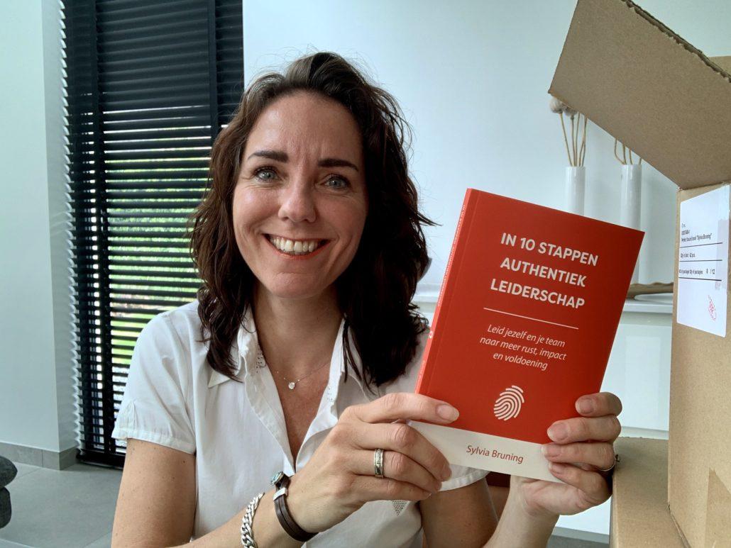 in 10 stappen authentiek leiderschap - boek over de ontwikkeling van authentiek en moedig leiderschap en zelfleiderschp