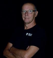 dit is een pasfoto van handbal coach Bert Bouwer. de louis van gaal van het handbal. Samen eenvoudig vooruit blijven gaan.