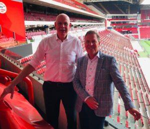 dit is een foto op een lege psv tribune van Toon Gebrands en Twan Paes. Toon gerbrands is de spreker op het webinar van wial action learning Nederland.