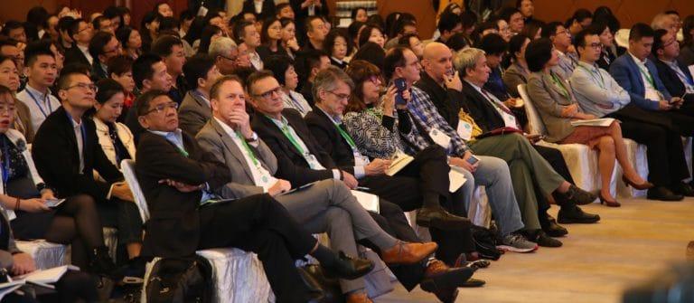 deze afebeelding laat de mensen tijdens een plenaire sessie op het wial congres in Shanghai zien. Samen eenvoudig vooruit blijven gaan.