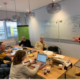 wial action learning directeur Twan Paes legt aan de deelnemers van de WIAL action learning coach opleiding uit hoe met het model van rationele analyses om te gaan.
