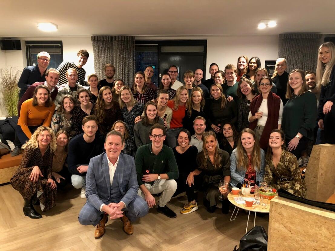 40 disgover werknemers staan met Twan paes op een hele leuke foto met alleen maar vrolijke en ambitieus ogende jonge professionals.