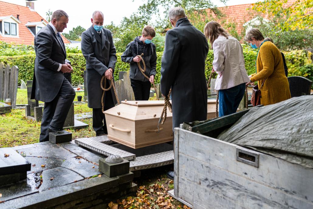 kist laten zakken in het graf