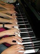 Met veel handen is het gemakkelijk piano spelen. Of toch niet??
